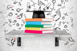 chapeau sur des livres (couverture du plan stratégique 2016-2020)