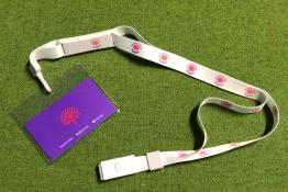 badge Hcéres attaché à un collier