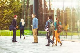 Étudiants devant une école - Appel à candidatures d'experts étudiants au Hcéres