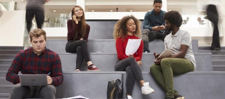 Etudiants sur les marches d'un établissement